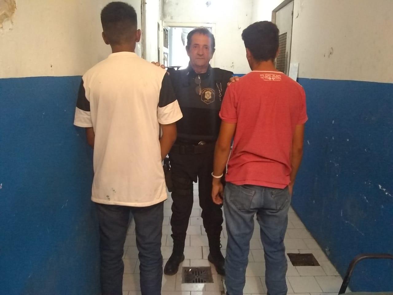 Jóvenes detenidos por el hurto de una tapa de bocacalle