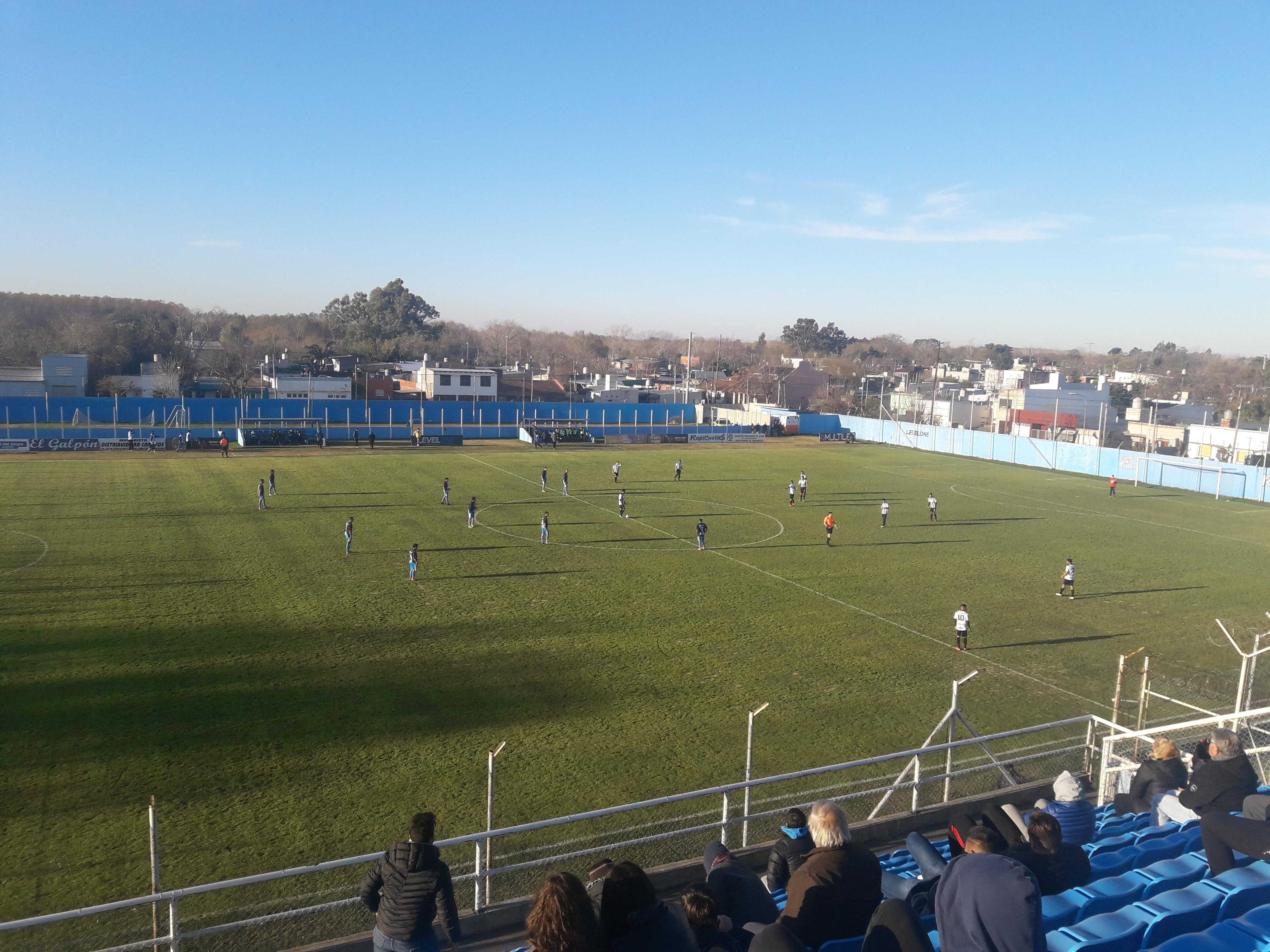 Fénix, con goles de Schinnea en dos oportunidades y Cherro, derrotó a Villa San Carlos por 3-0 en Berisso.