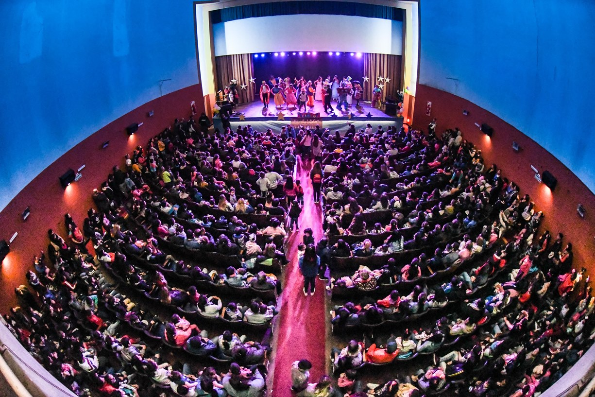 Más de mil personas entre chicos y adultos disfrutaron este sábado del festejo por el Día del Niño organizado por el Municipio de Berisso en el Teatro Municipal Cine Victoria de Avenida Montevideo entre 12 y 13.