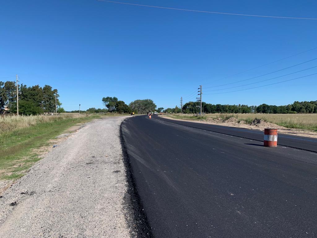 La Secretaría de Obras y Servicios Públicos de la Municipalidad de Berisso informó que avanzan los trabajos sobre la Ruta provincial 11, llevados adelante por la Dirección Provincial de Vialidad.