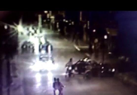 El último viernes por la noche se dio un episodio desafortunado en el playón municipal de avenida Montevideo entre 10 y 11, protagonizado por un auto que al hacer maniobras inapropiadas generó golpes en otros autos.