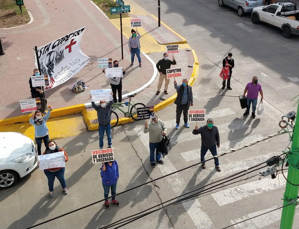 Manifestación frente a la Municipalidad de Ensenada para repudiar la contaminación de COPETRO
