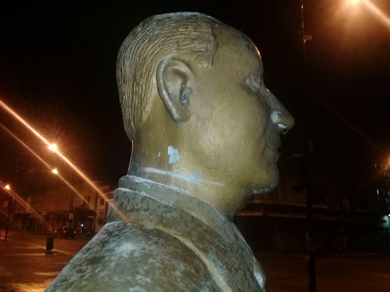 Personal del Comando Patrulla Berisso, a cargo del comisario Javier Scheidegger, procedió a la aprehensión de un sujeto por intentar cortarle la cabeza a la estatua de Juan Domingo Perón.