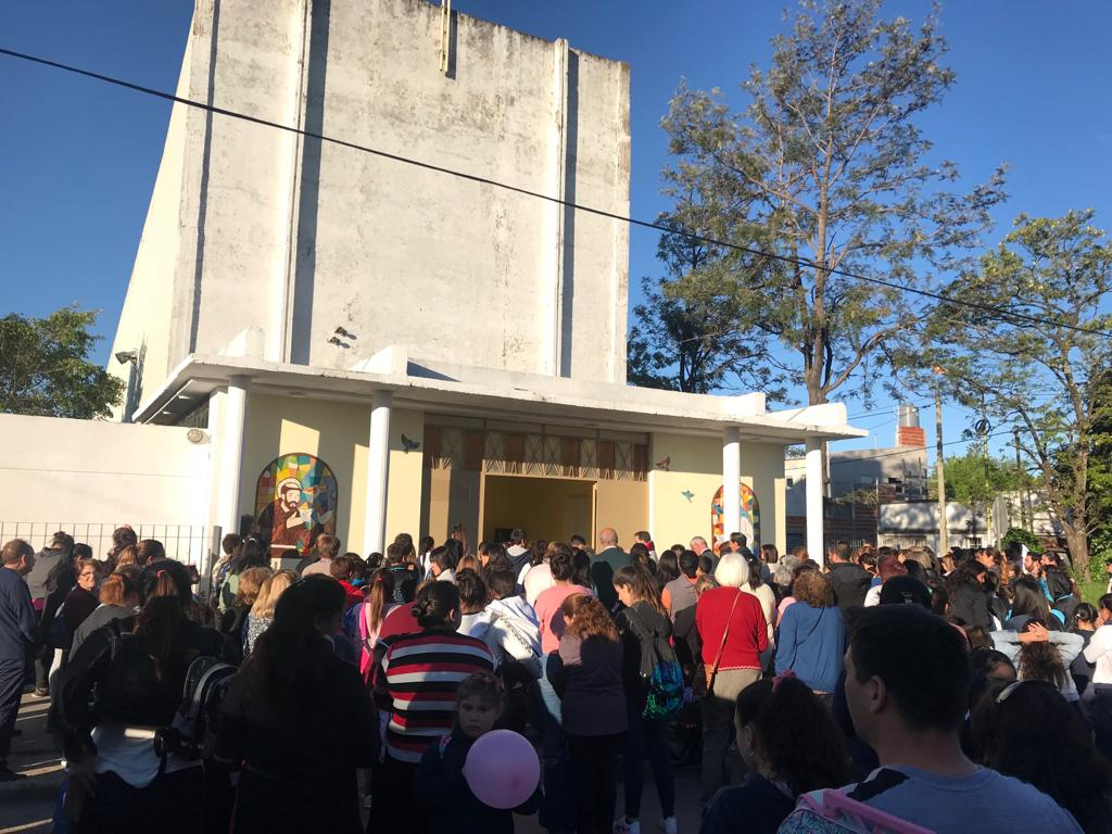 El próximo sábado 8 de diciembre se celebrará una peña folklórica a beneficio de la Parroquia San Francisco de nuestra ciudad. Dicho encuentro será desarrollado en las instalaciones del Centro de Residentes Santiagueños de calle 7 y 149, a partir de las 21 horas.