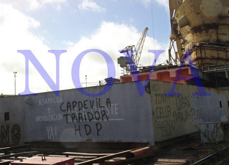 El presidente del Astillero Río Santiago, Daniel Capdevilla, ingresó hace instantes a la fábrica naval de Ensenada acompañado por un fiscal y personal de la justicia platense.
