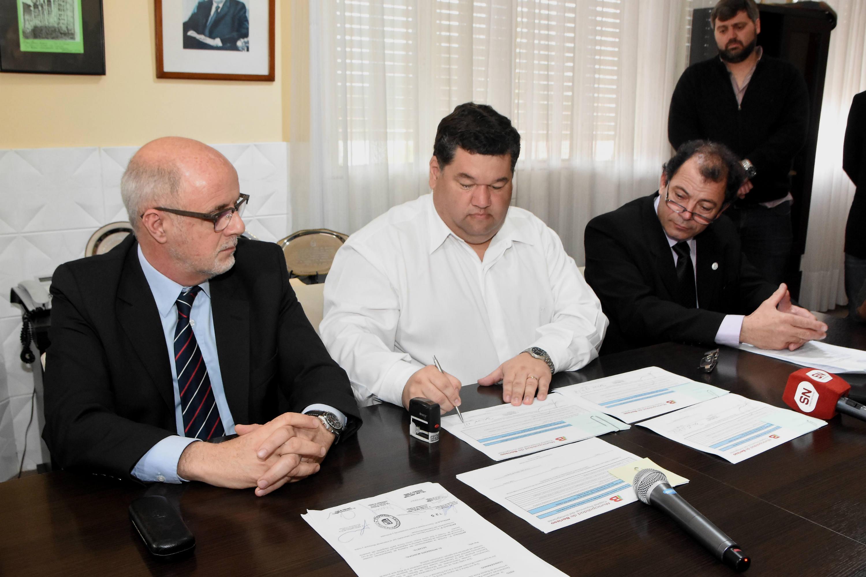 El intendente Jorge Nedela hizo efectiva este martes la presentación de su Declaración Jurada Anual de Bienes, ante el director Ejecutivo de la Oficina de Fortalecimiento Institucional de la provincia de Buenos Aires, Luis María Ferella.