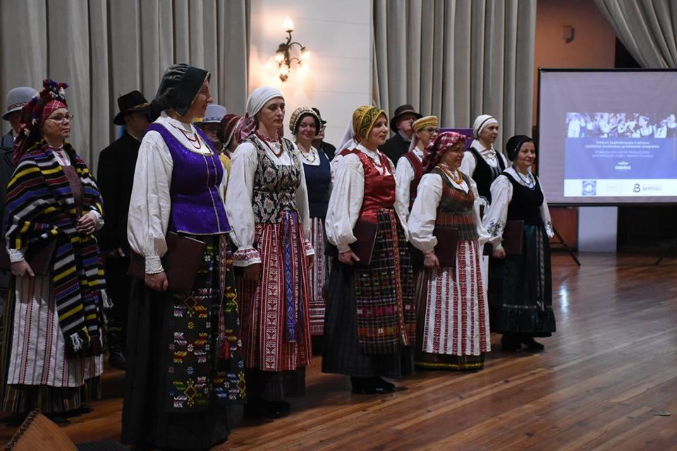 """En el marco de la conmemoración del 29º Aniversario de la Restauración de la Independencia Lituana, dos delegaciones de dicho país actuaron recientemente en Berisso y La Plata para fomentar el intercambio cultural y fortalecer los vínculos, actividades organizadas por la Sociedad Lituana """"Nemunas""""."""
