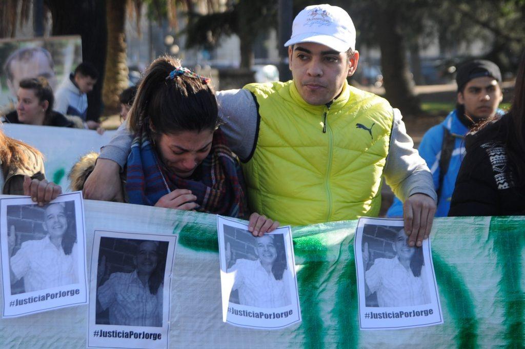 Se cumplió un mes de la golpiza asesina al taxista y sus allegados pidieron justicia