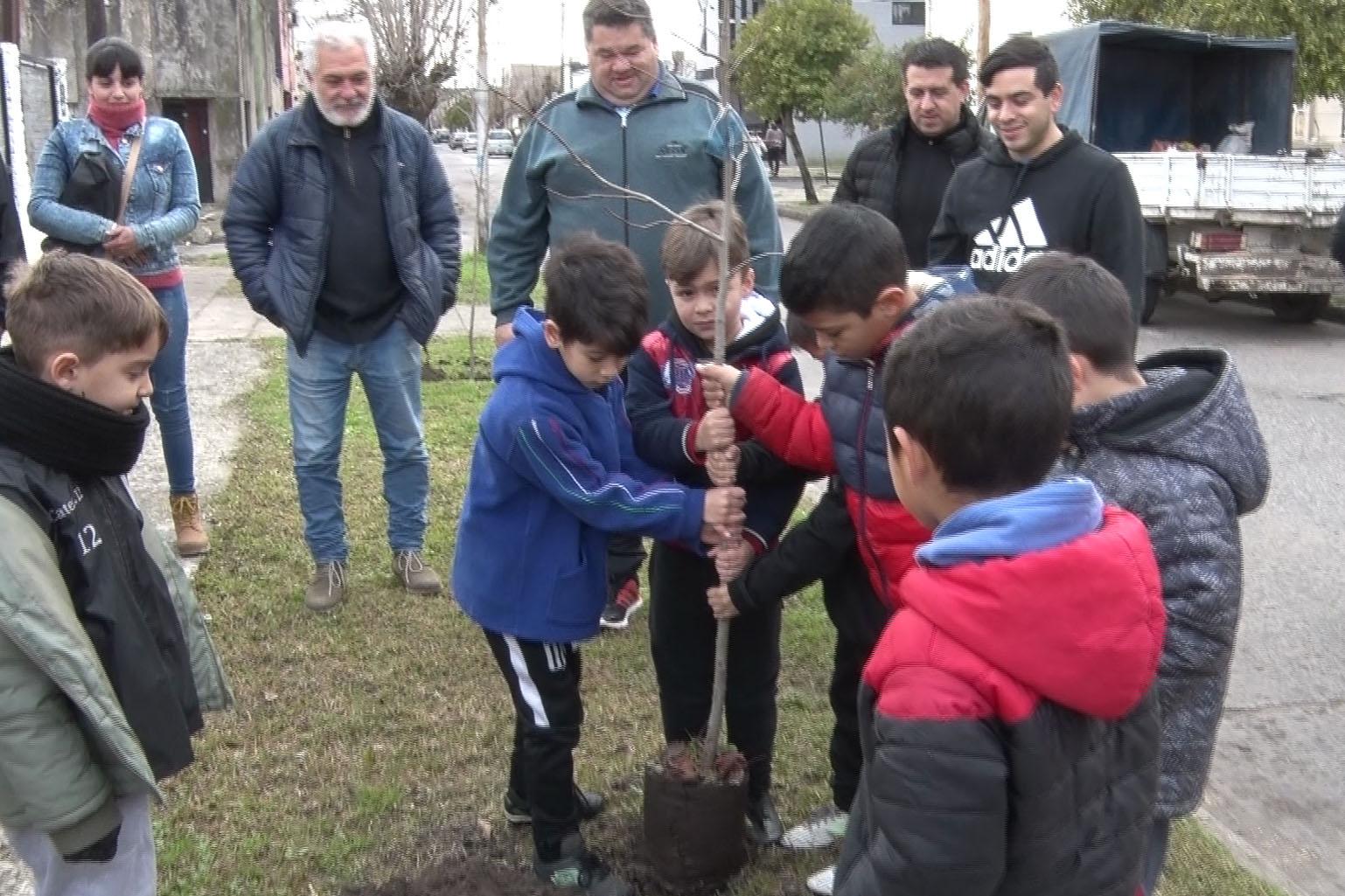 El intendente Jorge Nedela participó de una jornada de plantación de árboles junto a integrantes de fútbol infantil del Club Estrella de Berisso, en el predio deportivo que la institución posee en calle 8 entre 162 y 163.