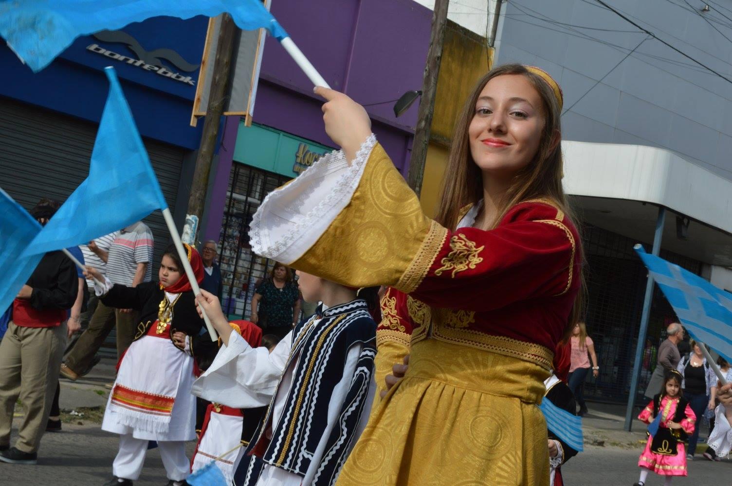 Este domingo se realizó el cierre de la 40ª Fiesta Provincial del Inmigrante, con el tradicional desfile sobre la avenida Montevideo donde las colectividades hicieron sus pasadas y cientos de vecinos disfrutaron en los cordones de cada una de ellas.