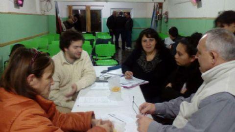 Instituciones de la ciudad presentan amparo por el salvaje aumento de tarifas. Un pasaje de la reuni�n en el Centro de Residentes Santiague�os.