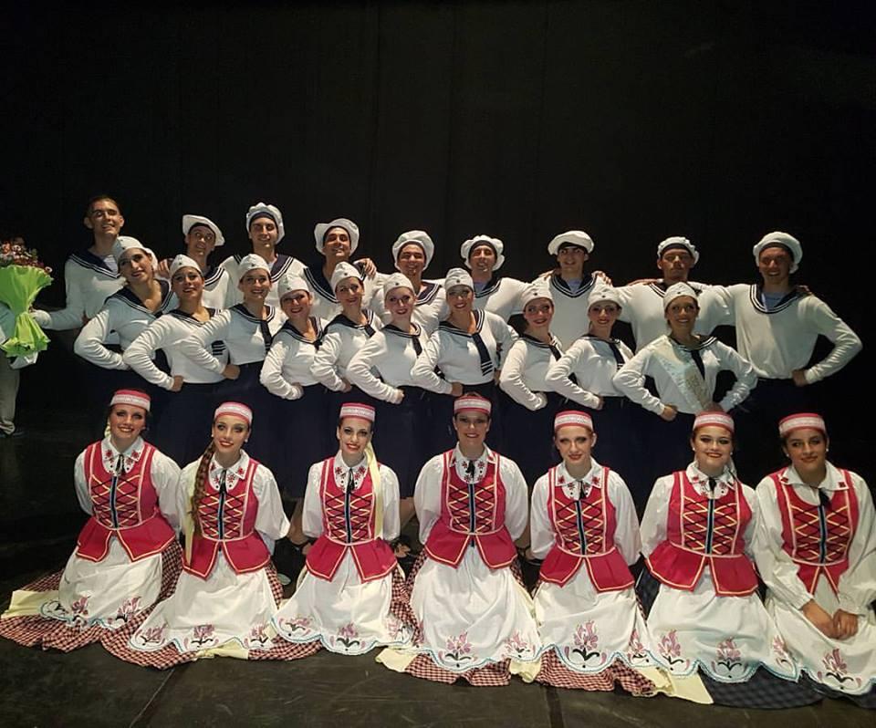 """Los conjuntos de Danzas Folklóricas """"Chaika"""" de la Colectividad Belarusa Club """"Vostok"""" y """"Nemunas"""" de la Sociedad Lituana """"Nemunas"""", ambos de Berisso, se presentaron exitosamente el pasado sábado 29 de abril en el Teatro Municipal """"Coliseo Podestá"""", en el marco de la celebración por el """"Día Internacional de la Danza""""."""