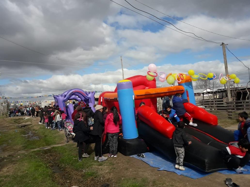 """El comedor """"Los Peques"""", ubicado en 154 entre 26 y 27 de la ciudad de Berisso, celebró este domingo el Día del Niño."""