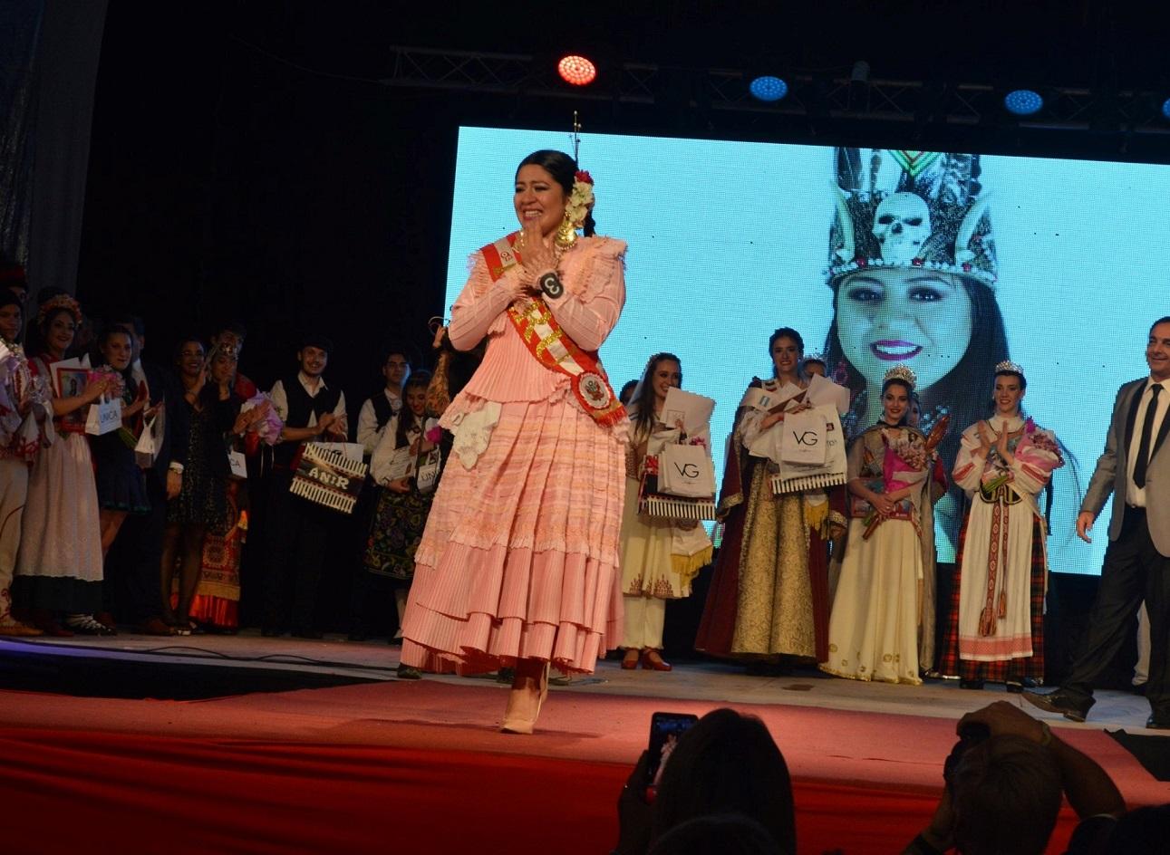 La Embajadora Cultural es Kiara Jahaira Alejandra Cadenas Núñez, de la colectividad peruana