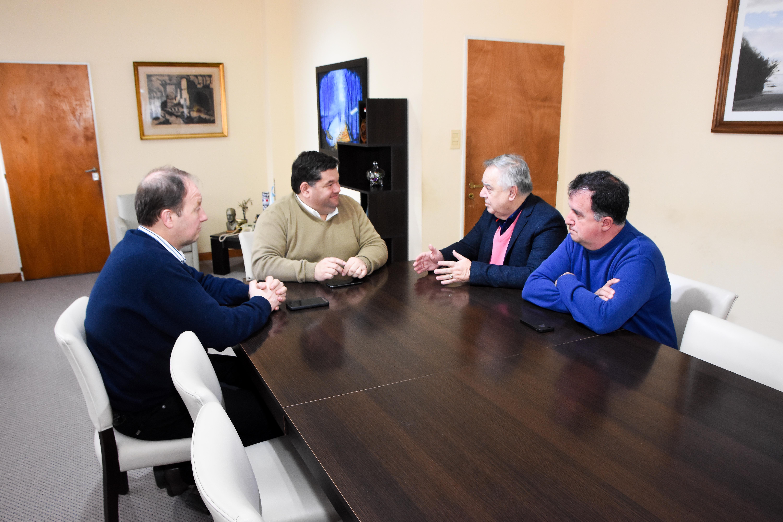 El intendente Jorge Nedela recibió en su despacho a los nuevos integrantes de la Comisión Directiva del Club Villa San Carlos con la finalidad de conocer las actividades que desarrolla institución, pero también dialogar sobre las necesidades y los objetivos que buscarán alcanzar.