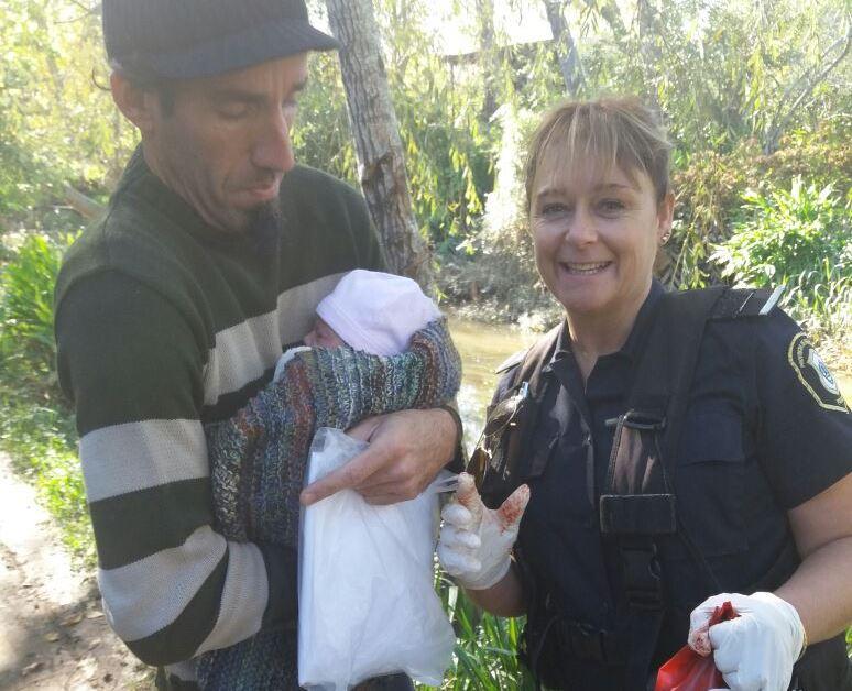 Dos efectivos de la Policía Bonaerense ayudaron a dar a luz a una mujer que se encontraba en avanzado trabajo de parto en su casa, ubicada en una zona de difícil acceso de la isla Gronda en el partido de Ensenada.