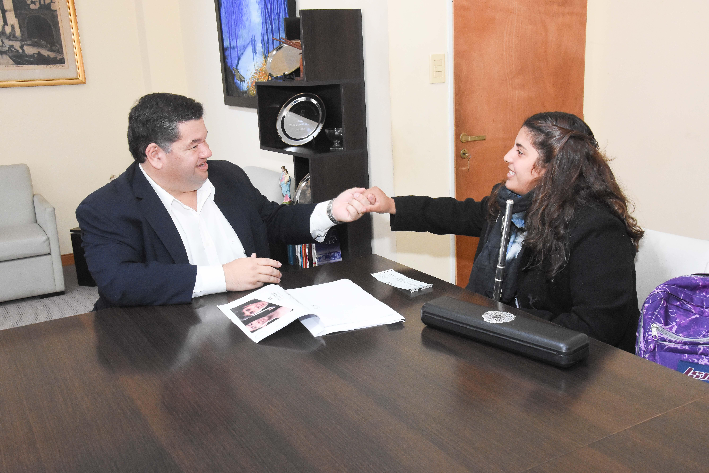 """El intendente Jorge Nedela recibió este martes a la artista berissense Milagros Sara, previo a su viaje a la provincia de Córdoba, para participar del """"4º Festival Nacional de la Flauta Traversa"""" que tendrán lugar del 26 al 30 de mayo."""