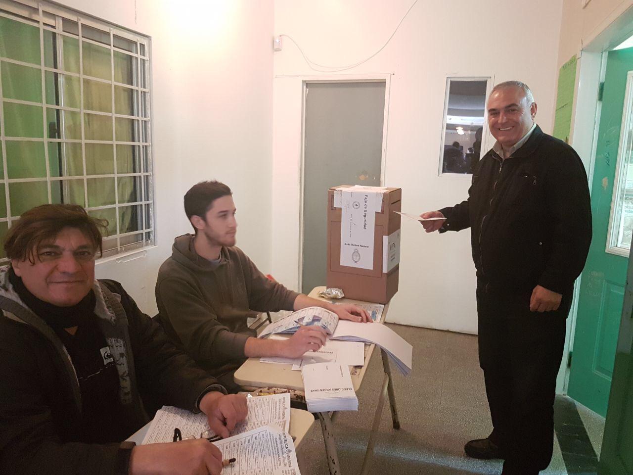 Alrededor de las 9:30 de la mañana el candidato por el espacio Frente Renovador 1País, Ángel Celi, se hizo presente en la escuela N° 25 del barrio El Carmen para emitir su voto.