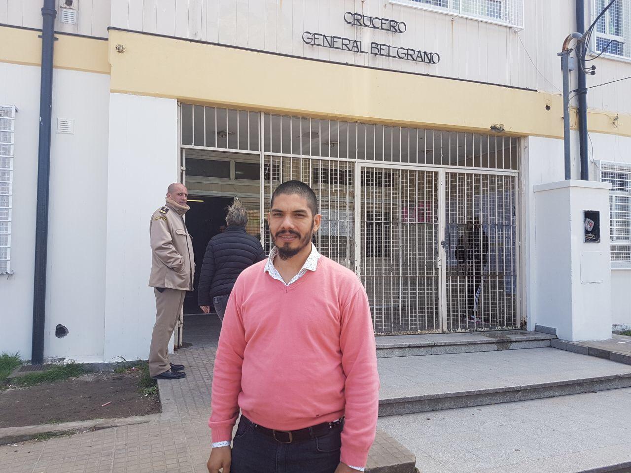 Cerca de las 10:00 de la mañana el candidato de Izquierda al Frente por el Socialismo, Alejandro Sepúlveda, se presentó en la Escuela N° 25 del barrio El Carmen, teniendo en cuenta que si bien el mismo vota en el establecimiento de calle 60 y 123, es fiscal general por el partido que representa a nivel local.