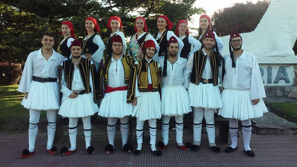 """El Conjunto Juvenil de Danzas Folklóricas Lituanas """"Nemunas"""" y el Conjunto Juvenil """"Mandili"""" de la Colectividad Helénica y Platón de Berisso actuaron en la localidad de Lobería en el"""