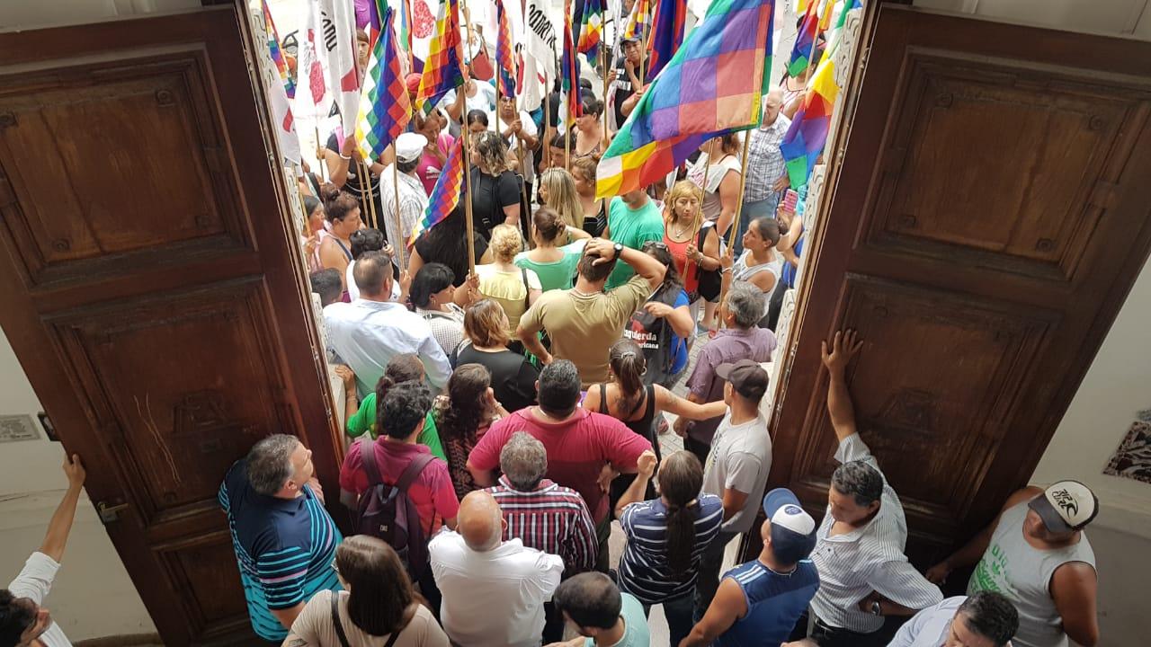 Un movimiento político de otra ciudad, se acercó al Municipio de Ensenada para reclamar la entrega de mercadería, dejando en claro que los manifestantes eran de ciudades vecinas.