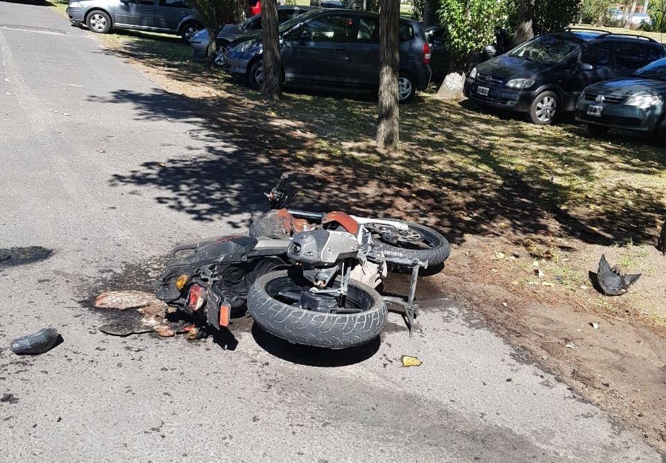 En la mañana de este miércoles, se produjo un fuerte accidente en la Avenida 60, el cual tuvo como protagonistas a un taxi oriundo de la ciudad de La Plata y una motocicleta.