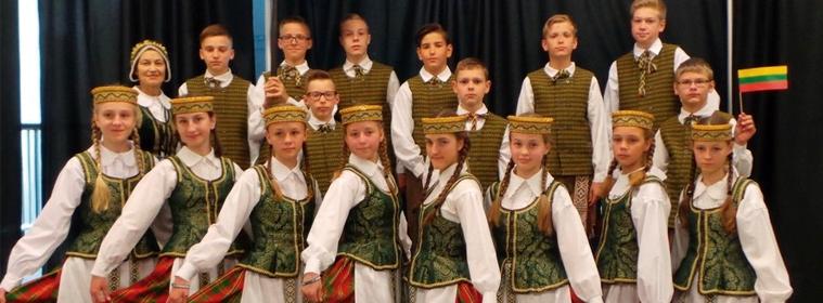 """La Sociedad Lituana """"Nemunas"""" de Berisso invita a toda la comunidad a participar del gran Festival de Danzas Lituanas """"La tierra de los antepasados: desde el amanecer hasta la puesta del sol"""" a realizarse el domingo 11 de diciembre a las 20:00 horas en el Teatro """"Sala Ópera"""" de calle 58 Nº 770 entre 10 y 11 de La Plata, en el marco de los festejos por los 45 años de la creación del Conjunto Juvenil de Danzas Folklóricas Lituanas """"Nemunas""""."""