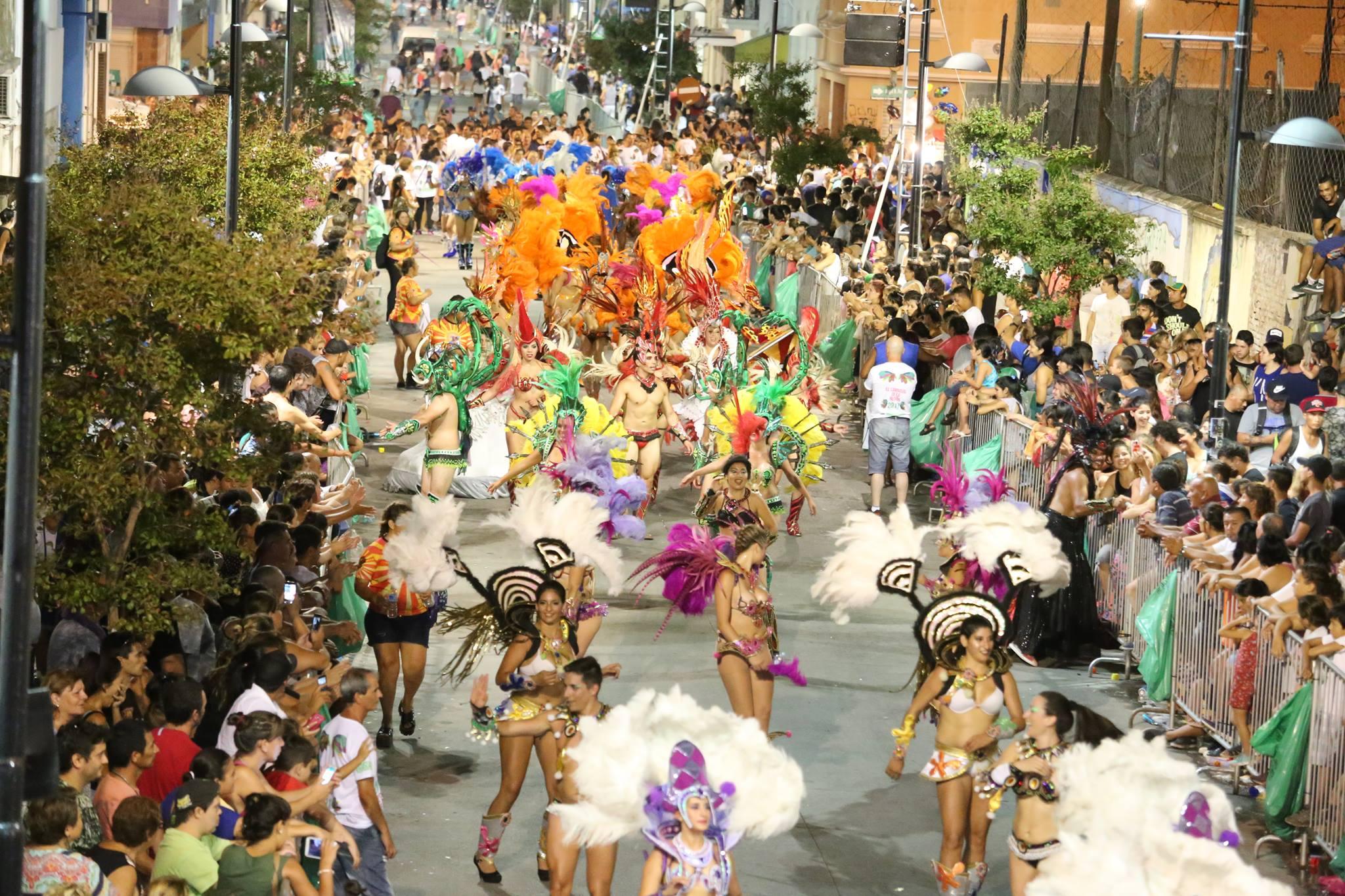 Más de 40 mil personas de toda la provincia, disfrutaron de la primera noche de El Carnaval de la Región en Ensenada.