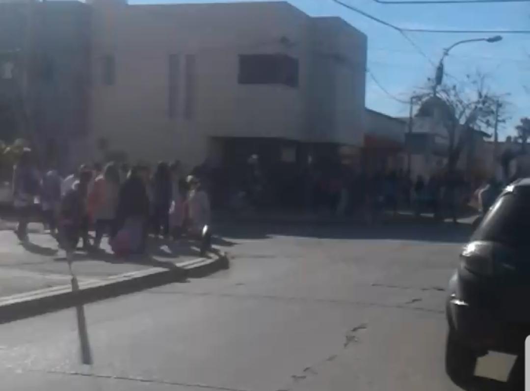En una nueva jornada donde se produjeron amenazas de bomba en forma simultánea en diversos establecimientos educativos de nuestra ciudad, padres de la Escuela Primaria Nº 3 ubicada en calle 16 y 165 vivieron en carne propia la situación de evacuación de los alumnos.
