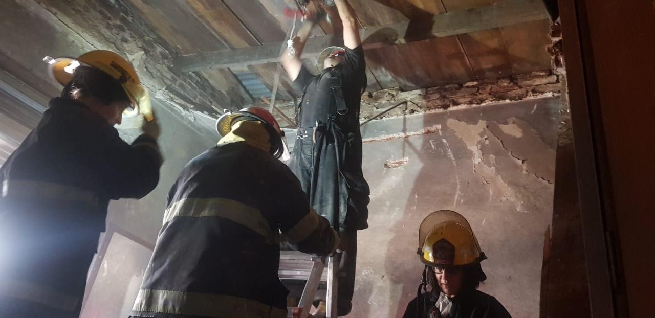 Rescataron a dos ancianas que quedaron atrapadas tras derrumbarse parte del techo de su vivienda