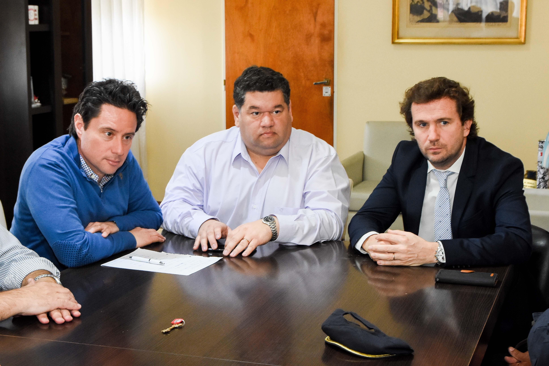 El intendente Jorge Nedela recibió en su despacho al director General de Cultura y Educación de la Provincia, Gabriel Sánchez Zinny; al fiscal que tiene a su cargo las causas por intimidaciones a escuelas, Juan Cruz Condomí Alcorta y al jefe de la Brigada de Explosivos de la Policía Bonaerense, comisario mayor Julio Poles.