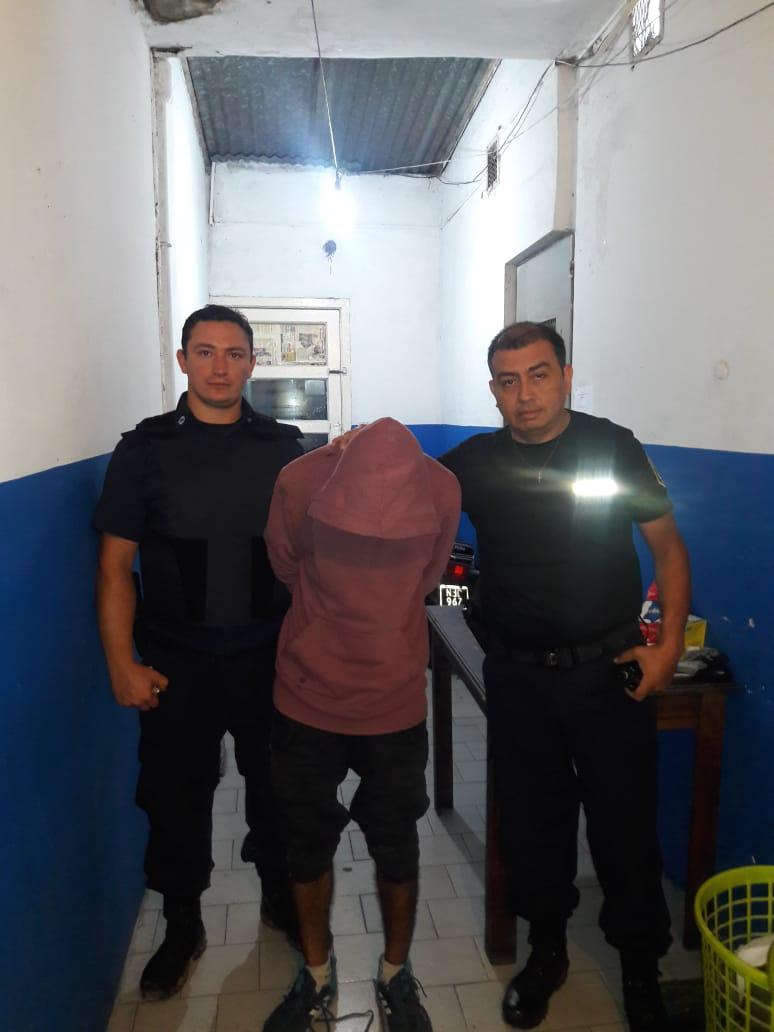 En la madrugada de este viernes, personal del Comando Patrulla Berisso procedió a la aprehensión de un sujeto de 24 por el delito de robo en grado tentativa e infracción a la ley de drogas.