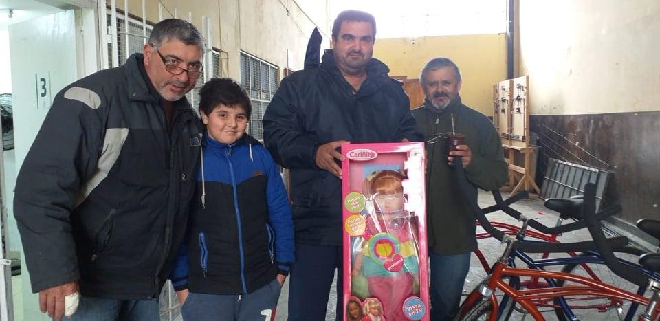 Con motivo del Día del Niño y siendo uno de los beneficios por parte del Sindicato de Trabajadores Municipales de Berisso (STMB), más de 600 afiliados retiraron juguetes por la sede de calle 166 entre 12 y 13 N° 1038.