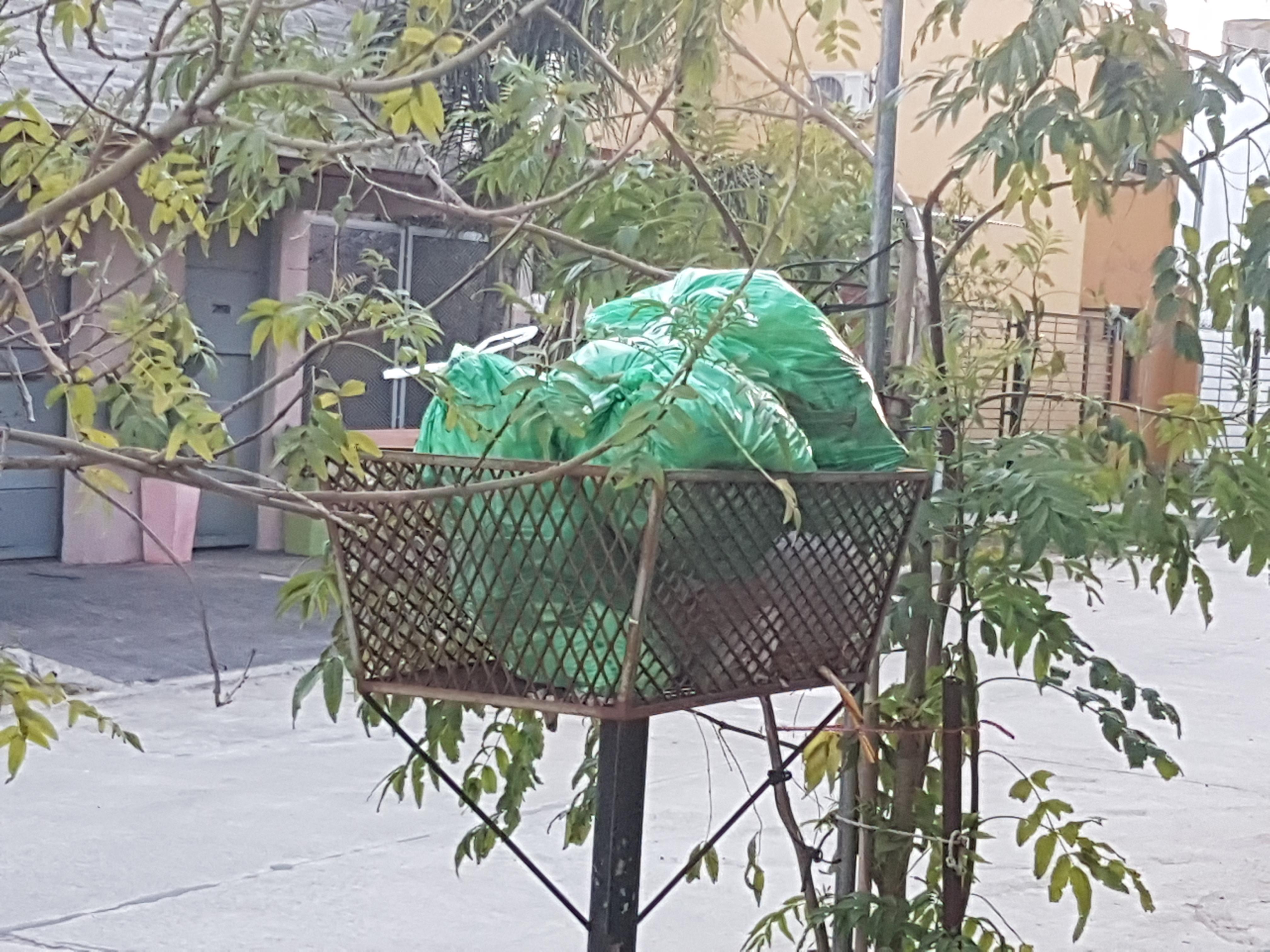 La ciudad se encuentra invadida de bolsas de residuos habituales en los canastos, las cuales no han sido retiradas debido a una medida gremial que llevan adelante trabajadores municipales de la recolección ante la falta de la ropa de trabajo. Este problema tiende a quedar zanjado en las próximas horas.