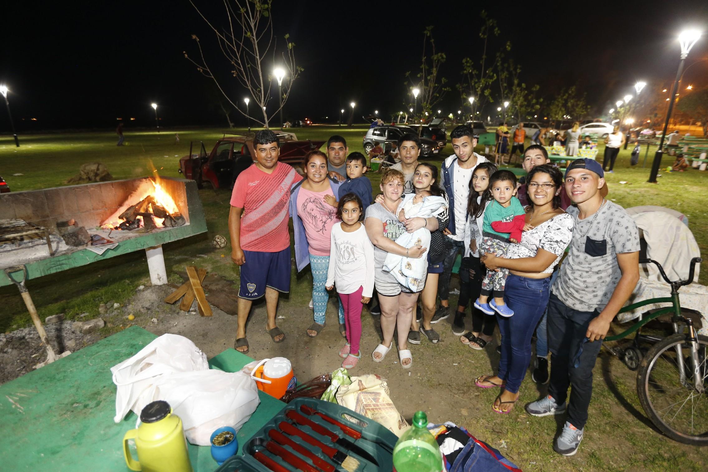 Miles y miles de personas se acercaron a las playas de Punta Lara para disfrutar del fin de semana.