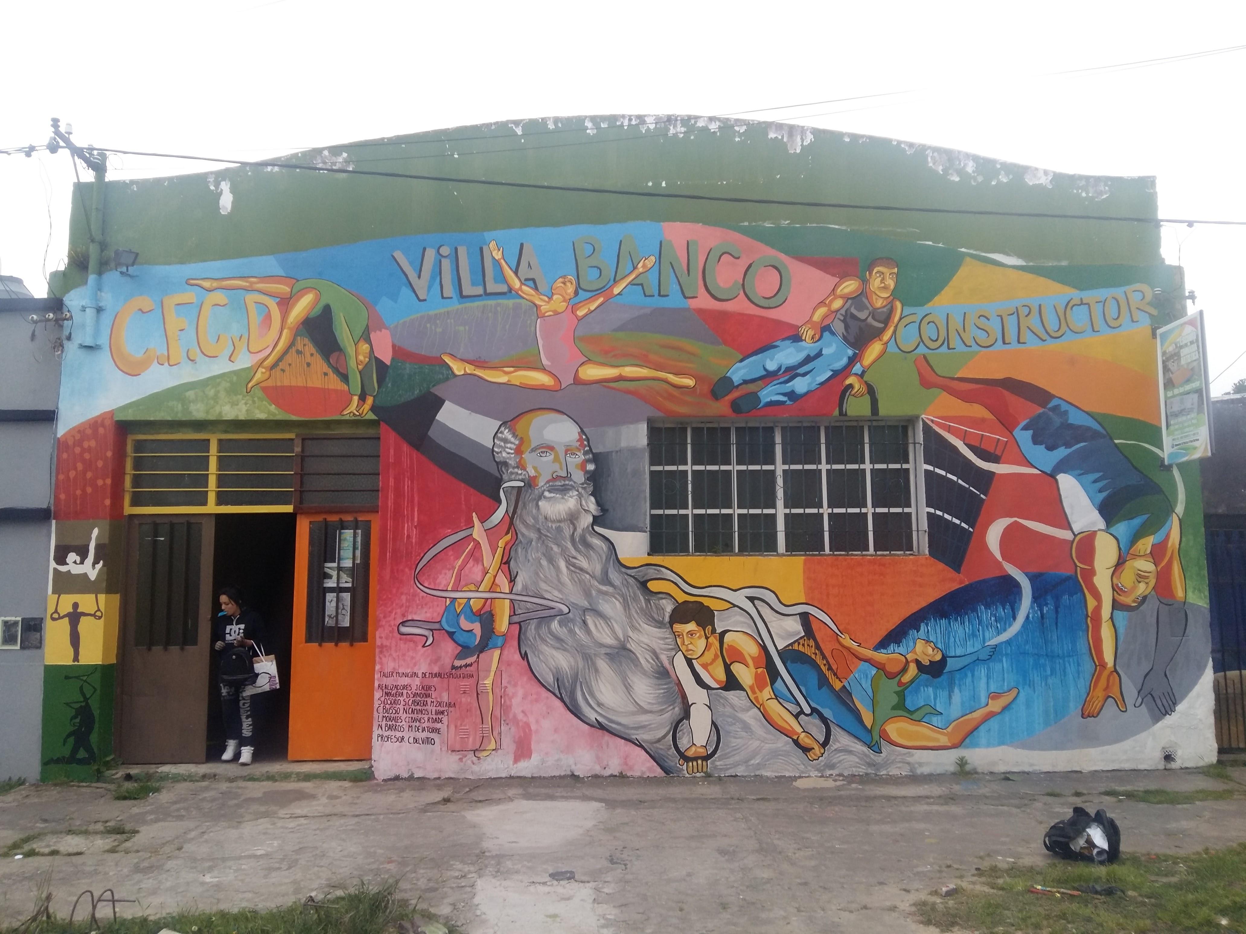 """La Dirección de Cultura de la Municipalidad de Berisso, a través del Taller Municipal de Muralismo """"La tallera"""", a cargo del profesor Cristian Del Vitto, trabajó en un nuevo mural en los muros del Club Villa Banco Constructor."""