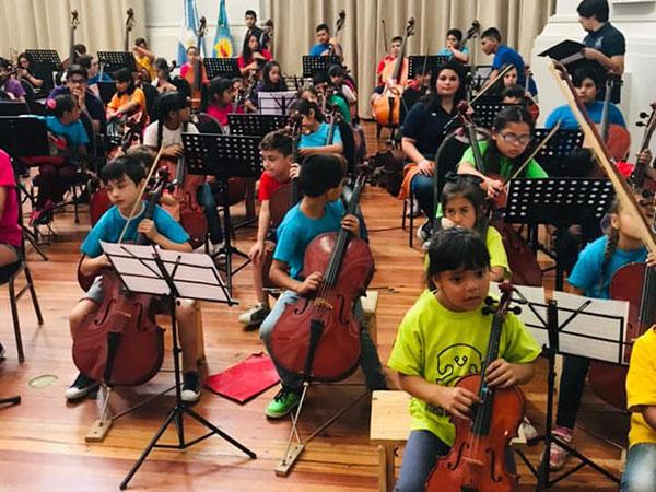 La formación Inicial de la Orquesta Escuela de Berisso inició el pasado domingo, la grabación de un DVD, que incluirá un variado repertorio de temas nacionales y latinoamericanos.