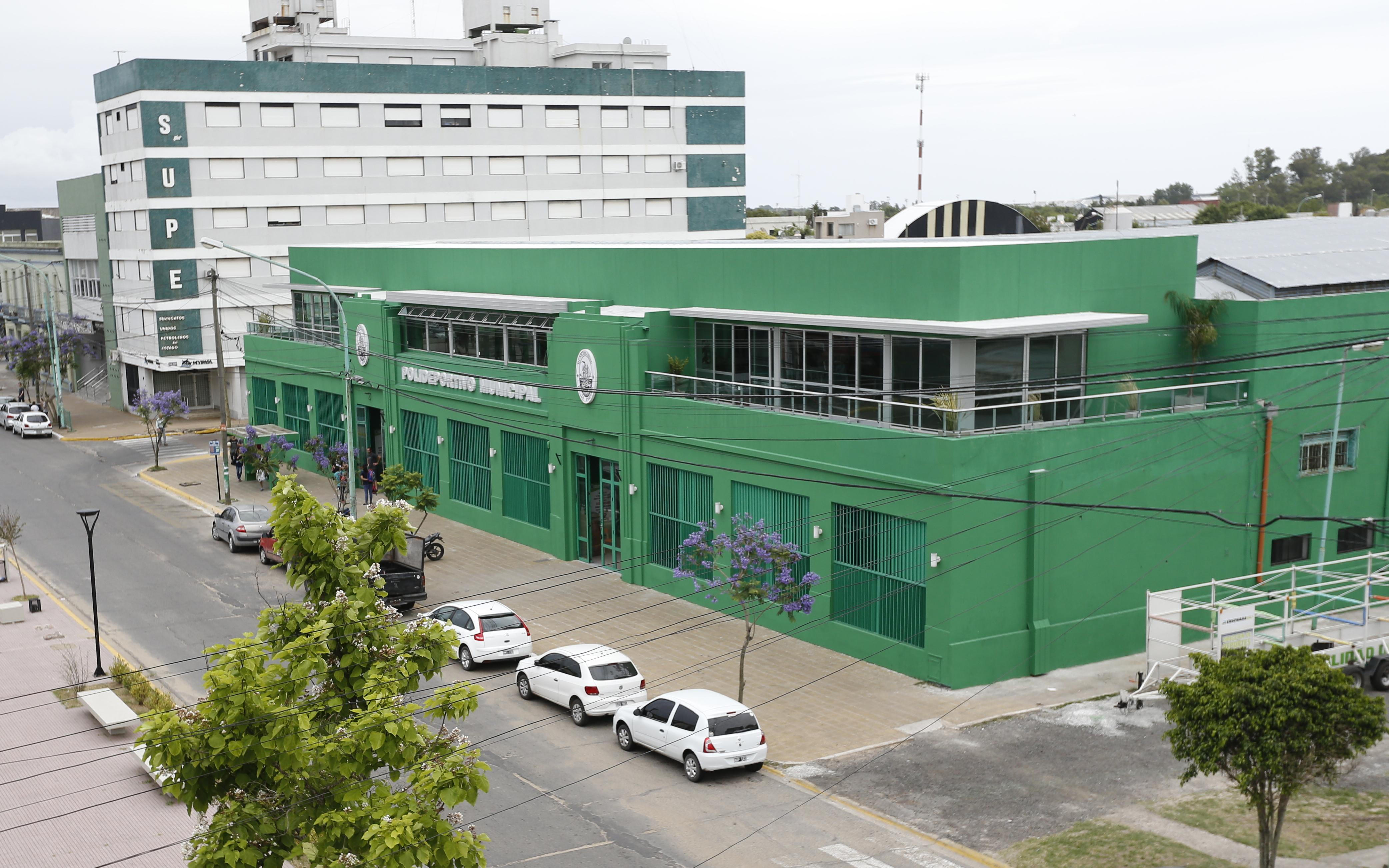El intendente de Ensenada, Mario Secco, inauguró el nuevo Salón de Usos Múltiples del Polideportivo Municipal junto a vecinos de la ciudad.