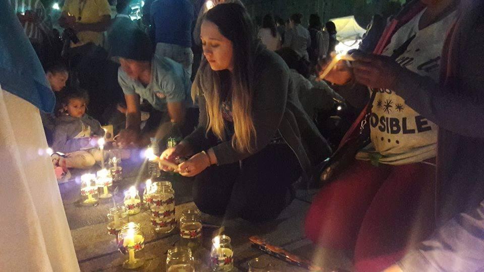 """La Colectividad Colombiana de La Plata celebró la tradicional """"Fiesta de las Velitas"""" que se desarrolló el pasado viernes 7, en Plaza Moreno de la vecina localidad de La Plata."""