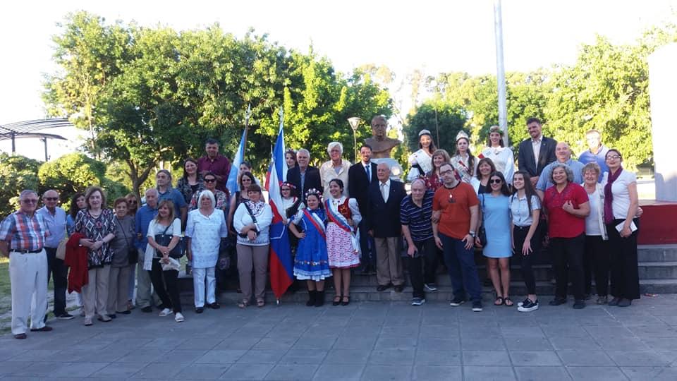 """El Club Eslovaco Argentino de Berisso (CEAB) llevó adelante el pasado sábado 8, un acto en conmemoración de la Independencia de la República Checoslovaca, ceremonia formal realizada en las adyacencias del """"Monumento a los Inmigrantes"""" del Parque Cívico de la ciudad."""
