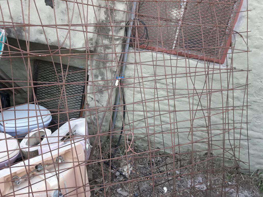 """Un sujeto de 41 años fue detenido en la tarde de este jueves tras comprobarse que en su casa tenía mallas metálicas que había sustraído días antes del predio denominado """"Las Casitas"""", perteneciente a viviendas correspondientes al Instituto de la Vivienda de la provincia de Buenos Aires."""