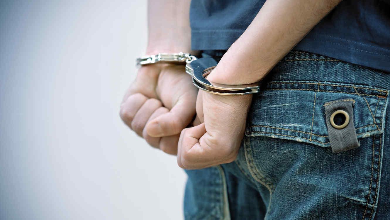 Cuatro detenidos por robarle y pegarle a un joven