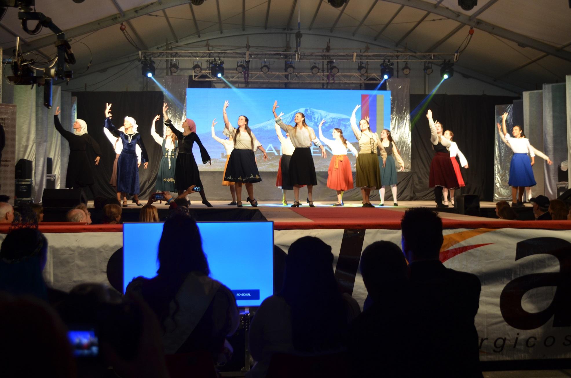 Minutos después de las 20,30 horas la Fiesta Provincial del Inmigrante en su 40º edición se encuentra en pleno desarrollo.