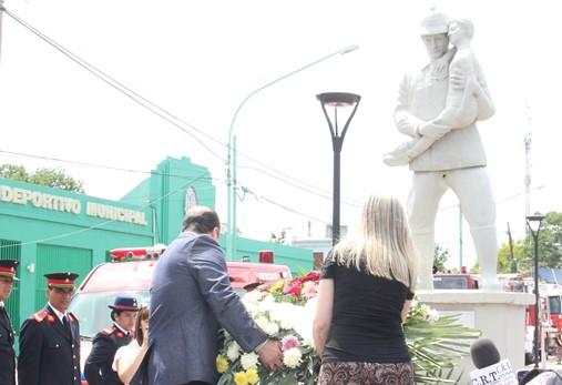 Los Bomberos Voluntarios de Ensenada celebran 121 años de vida y los 50 años de la creación del destacamento de Punta Lara. El Intendente Interino Luis Blasetti, acompañó el acto central en el Monumento al Bombero de calle Ortiz de Rosas.