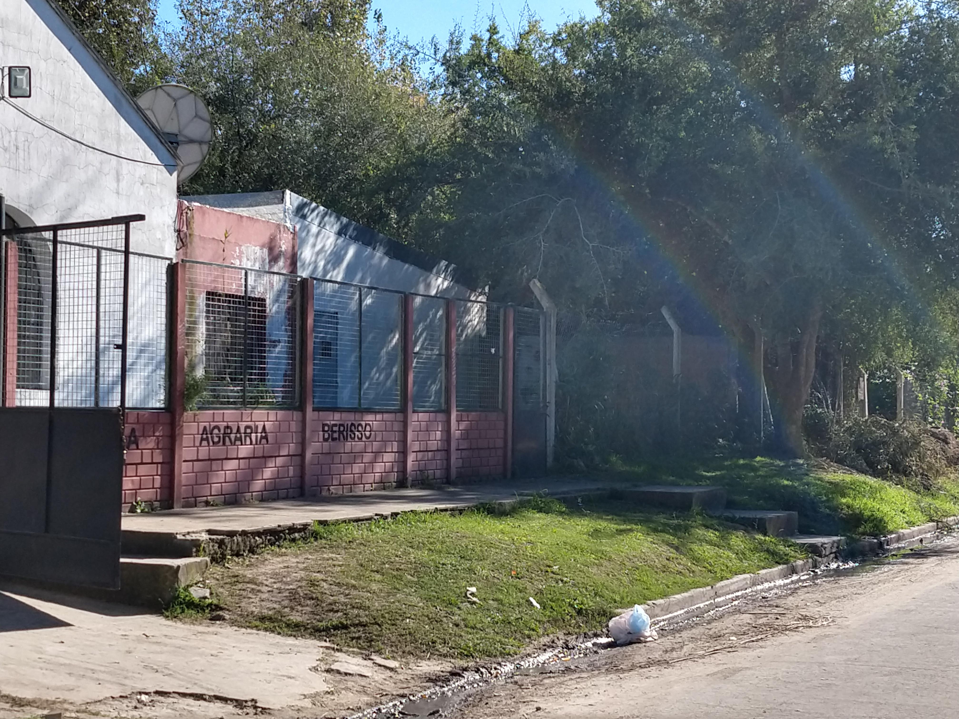Este martes por la mañana, BerissoCiudad se acercó hasta las inmediaciones de la escuelas Nº 10 y Agraria, ubicadas en Ruta 15 y El Ombú, debido al llamado de atención que efectuó un grupo de padres, quienes se mostraron preocupados por el agua estancada en la vereda de entrada.