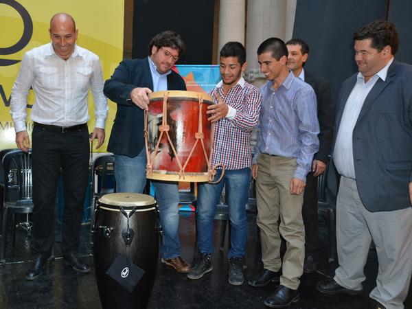 """La Orquesta Escuela de Berisso recibió de manos del Ministro de Cultura de la Nación, Pablo Avelluto, instrumentos musicales que se entregaron en el marco del Programa """"Andrés Chazarreta""""."""