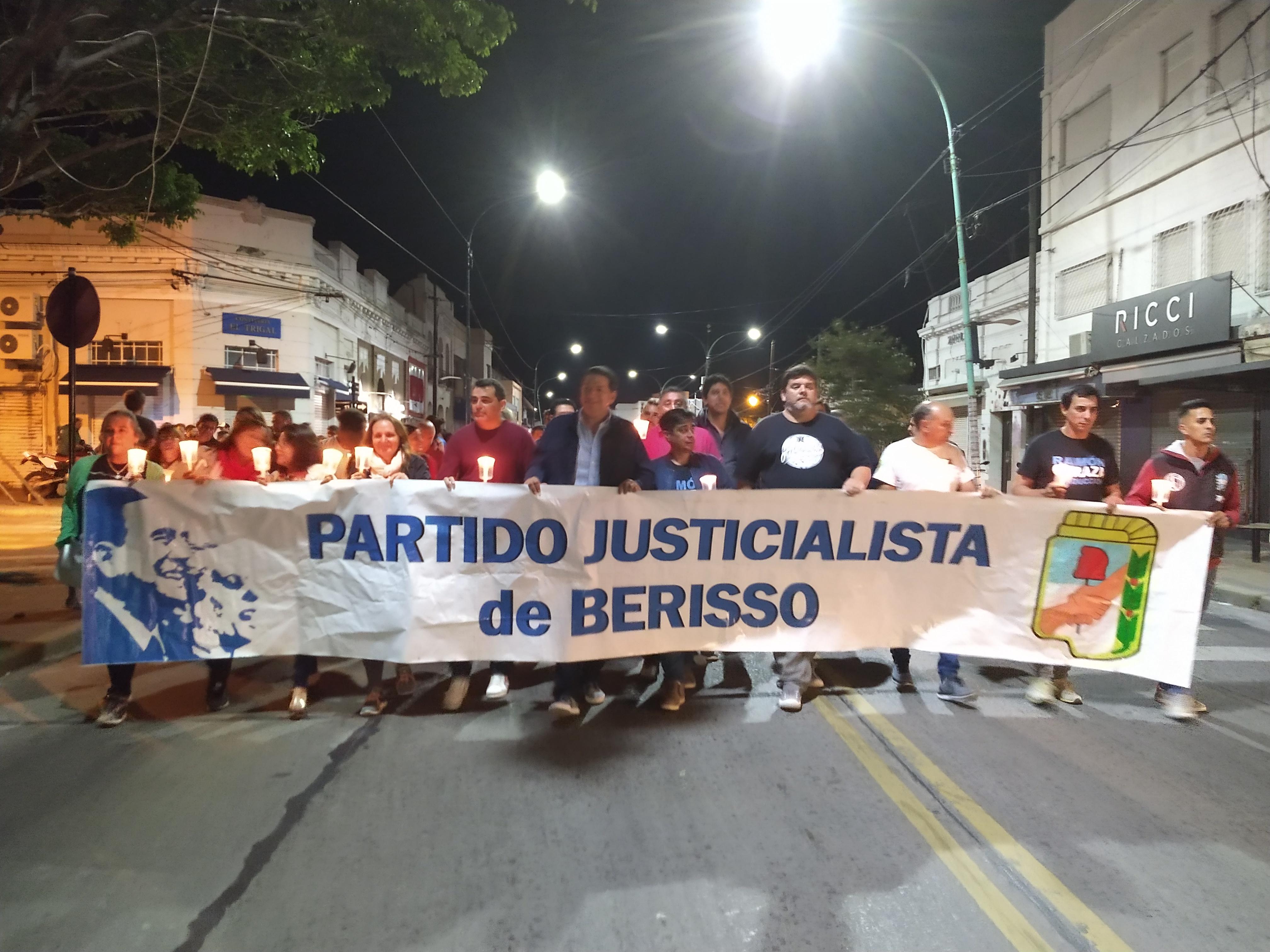 Este sábado por la noche el Partido Justicialista de Berisso llevó a cabo un acto de Reparación Histórica y Memoria, continuado por una Marcha de Antorchas y una vigilia en el Monumento  de los Desaparecidos ubicado en el Parque Cívico.
