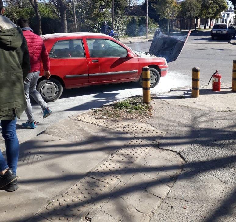 Con la solidaridad de los vecinos, sofocaron principio de incendio en auto