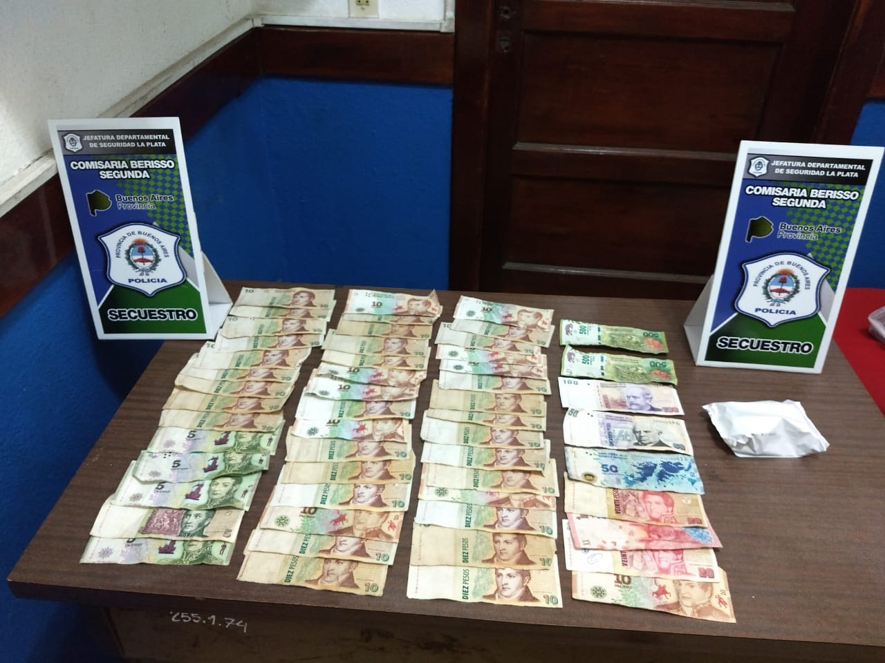 Personal policial procedió en la tarde de este domingo a la detención de tres sujetos que instantes antes habían robado en la Heladería Gustito, de Avenida Montevideo entre 35 y 36.