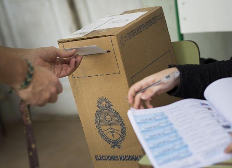 Con el 96,51 % de las mesas escrutadas en la ciudad de Berisso, loa números muestran que el vecino prefirió una de las listas de Unidad Ciudadana que obtuvo el 32,71 % de los votos y  ganando por muy poco margen a Cambiemos, que logró un 29,91 por ciento.